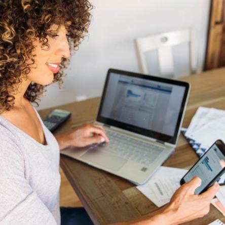 Mujer sosteniendo su smartphone con aplicaciones para buscar empleo