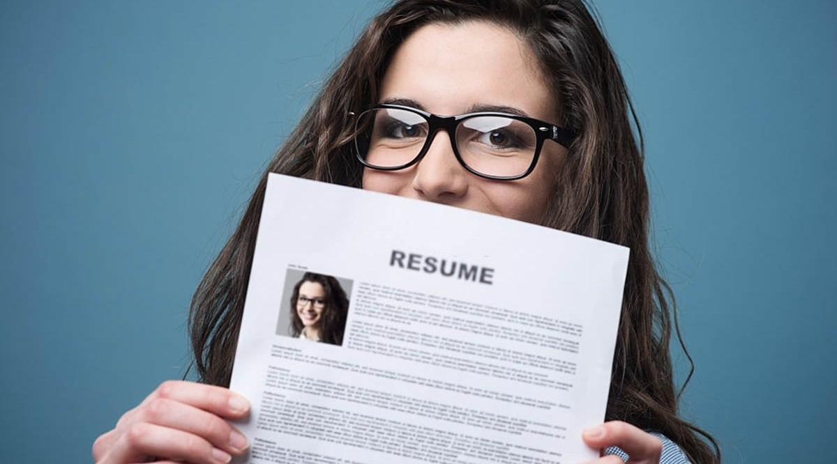 Mujer sosteniendo un ejemplo de CV