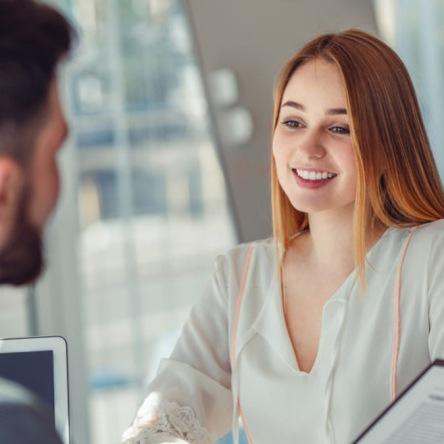 Mujer respondiendo a las preguntas en una entrevista laboral