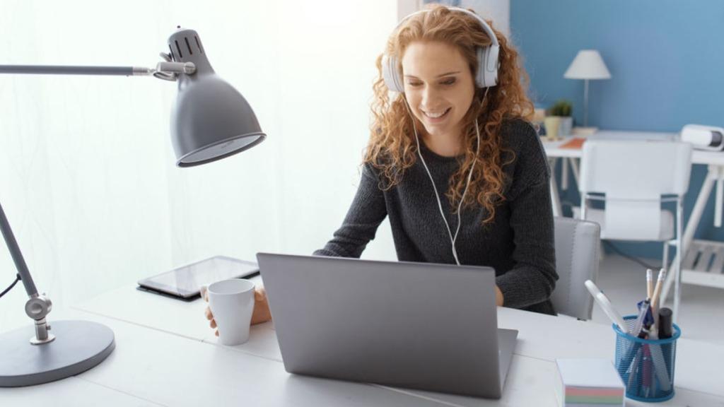 Mujer haciendo e-learning