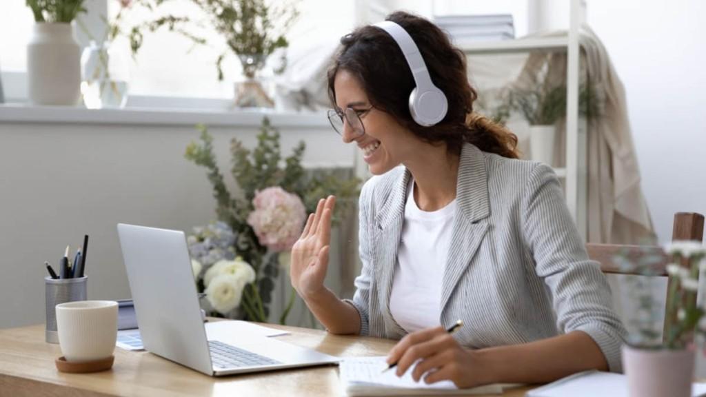 Mujer asistiendo a una videoconferencia