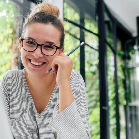 Mujer llenando un formato de una solicitud de empleo
