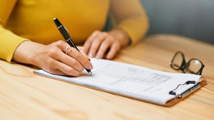 Una mujer llenando un formulario