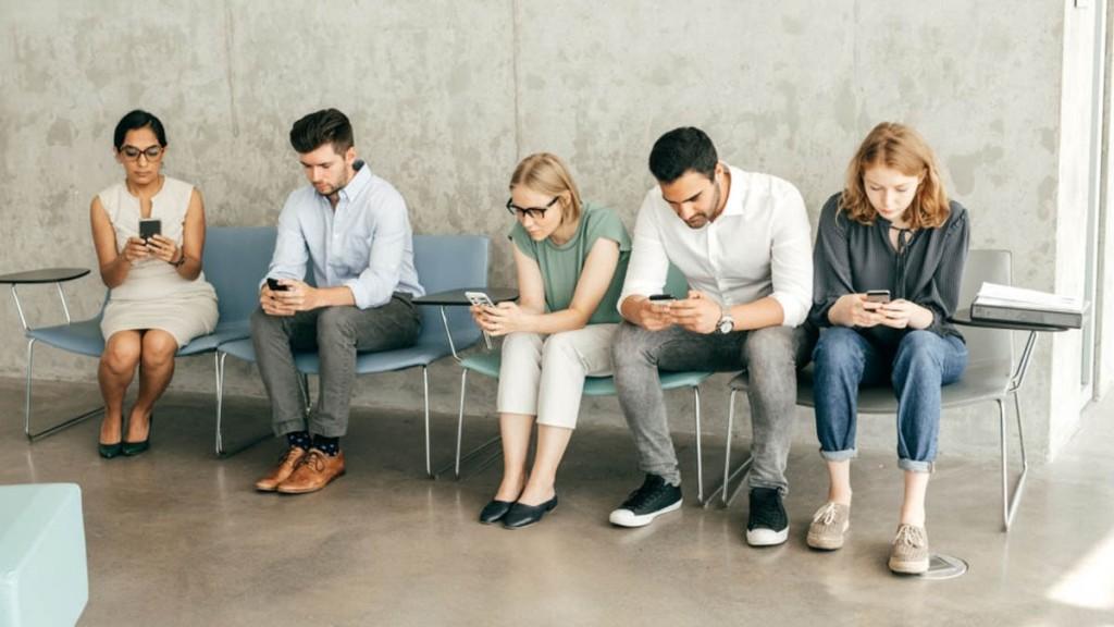 Personas en una feria de empleo virtual