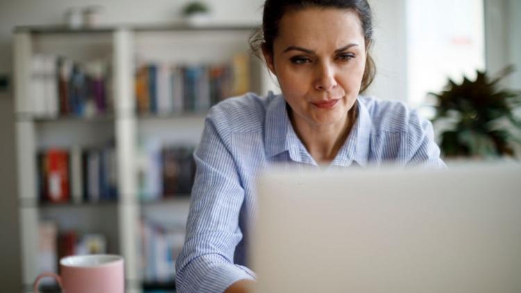 Mujer concentrada buscando trabajo