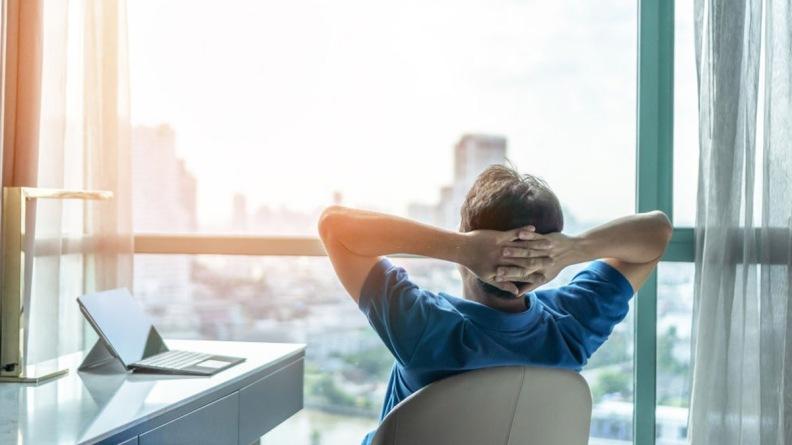 Un empleado observando por la ventana