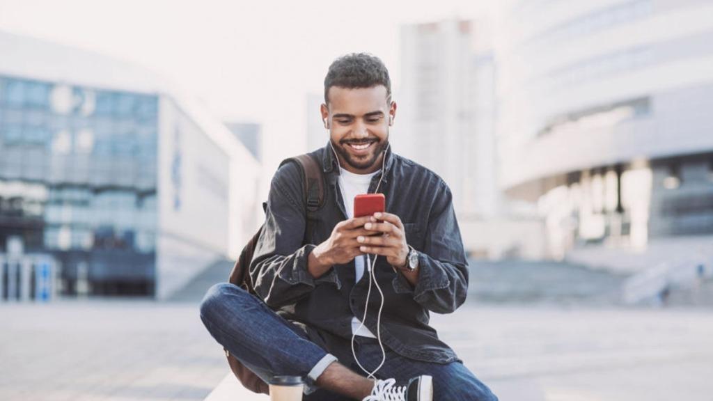 Hombre sonriente al teléfono