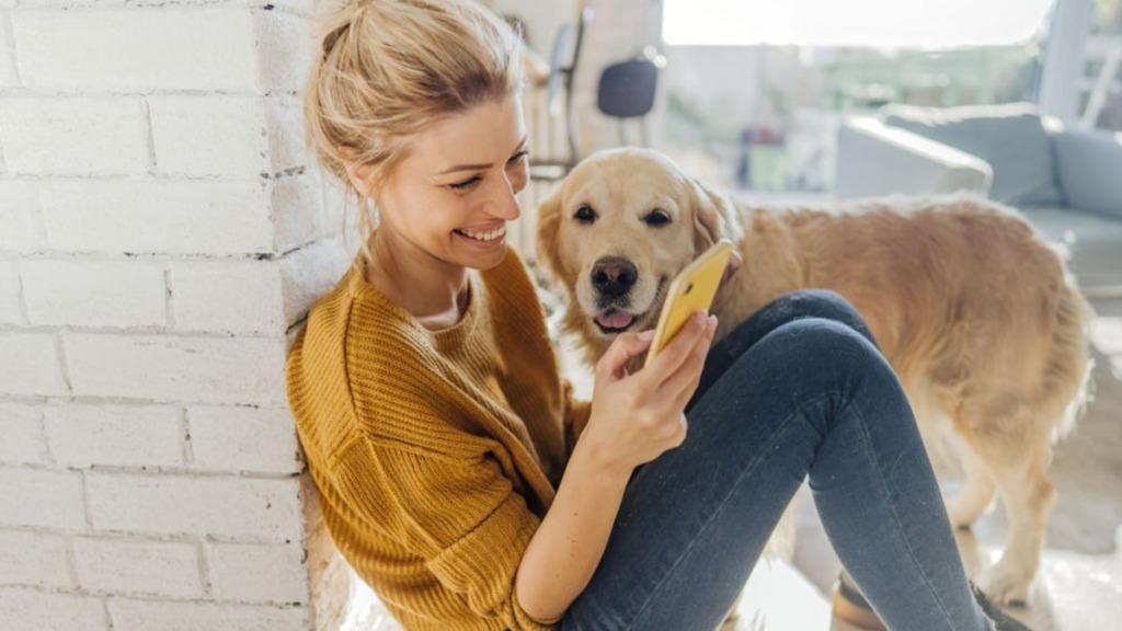 Mujer feliz con teléfono