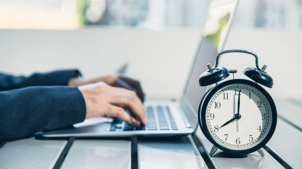 Una persona con una laptop y un reloj