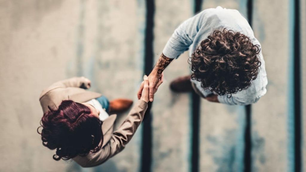 reclutadores estrechandose la mano